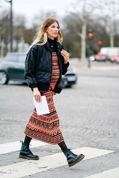50 Street Style Shots for All the Dress Lovers Out There Best Dresses Street Style: 50 Images You Need to See Casual Street Style, Nyfw Street Style, Street Style Trends, Street Style Summer, Quirky Fashion, Cool Street Fashion, Star Fashion, Dress Fashion, Fashion Trends
