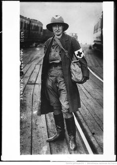 Infirmière de la Croix Rouge anglaise équipée pour le front : [photographie de presse] / [Agence Rol]