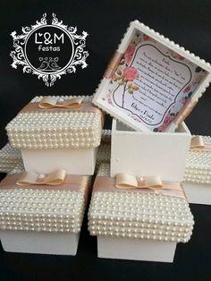 Caixa de Mdf, com tampa cobertas com mini pérolas, e com cartão de agradecimento no interior da tampa.  Ideal para bem-casado, ou doces.    * o frete é de responsabilidade do cliente.