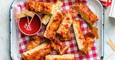 Mix the concept of pizza and breadsticks, and you end up with these delicious cheesy Hawaiiansnacks that can be dinner for the kids or finger food at your next party!