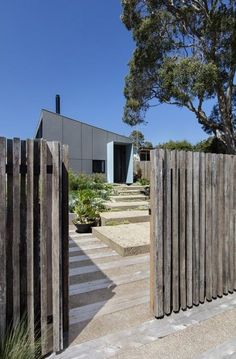 Great idea - really good Exterior House Remodel Modern Driveway, Modern Fence, Coastal Gardens, Beach Gardens, Backyard Fences, Backyard Landscaping, Sorrento Beach, Privacy Fence Designs, Building A Fence