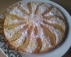 Een Ondersteboven Cake met peer, benodigdheden: 2 Grote peren, 2 eetlepels suiker & Cake beslag ( kan uit een pakje maar je kan het natuurlijk ook zelf maken. Bereiding: verdeel de 2 eetlepels suiker over de bodem van het bak blik. leg de partjes peer in een waaiervorm over de bodem. verdeel daarna het cake beslag in de vorm. laat de cake na het bakken een kwartiertje afkoelen en draai de cake daarna om. Tadaa