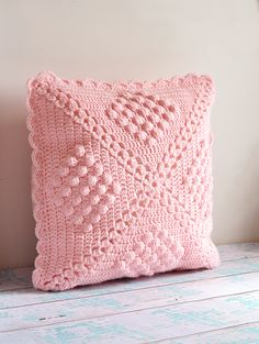 Crochet pillow by Sedef; pattern by Haafner: http://byhaafner.blogspot.com.au/2013/08/pattern-popcorn-blanket.html