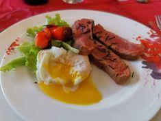 Wagyufilet auf Salat und pochiertem Ei Tapas, Sausage, Meat, Food, Egg Benedict, Credenzas, Eggs, Fresh, Tomatoes