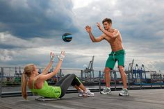 Crunches oder Situps? Wir erklären die Unterschiede zwischen den beiden Bauch-Übungen und zeigen, was schonender für den Rücken und besser für Ihren Bauch ist. Perfektes Training sieht so aus!