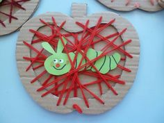Apple with a worm string art made with cardboard. Fall Art Projects, Projects For Kids, Diy For Kids, Crafts For Kids, Apple Activities, Craft Activities For Kids, Preschool Crafts, Fall Arts And Crafts, Autumn Crafts