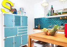 Cómo organizar la cocina ¡si casi no tienes armarios! Cocina con azulejos tipo metro en azul y mueble recuperado. Cocina vintage
