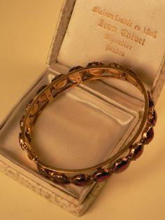 Bracelet en or et Grenats taille Perpignan, vers 1920 Translation:  gold and garnet bracelet Perpignan, 1920
