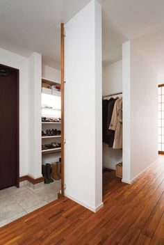 光と公園の緑を2面から取り込むL字型の家 Interior Architecture, Interior And Exterior, Entry Closet, Hall Design, Japanese Interior, House Entrance, Japanese House, Home And Deco, Home Remodeling