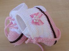 Saparinho de Bebê                                                                                                                                                                                 Mais Booties Crochet, Crochet Boot Socks, Crochet Baby Boots, Baby Girl Crochet, Crochet Baby Clothes, Crochet Slippers, Crochet For Kids, Baby Sandals, Baby Booties