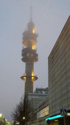 Loppiaisen jälkeen 7.1.2013 valoa oli tullut lisää mutta torni kurkottelee edelleen sumun peitossa. Hoitaa hommansa silti.