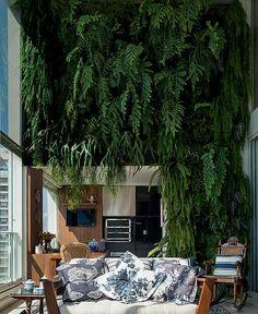 A arquiteta Selma de Sá Moreira aproveitou o pé-direito duplo para criar um jardim vertical (Foto de Casa e Jardim)