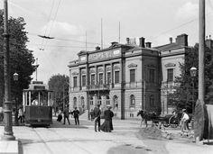 Itäisen Heikinkadun ja  Aleksanterinkadun kulma vuonna 1908. Edessä näkyy Vanha Ylioppilastalo,  joka valmistui v. 1882, arkkitehtina Hampus Dahlström. Valokuvaaja: I.K. Inha