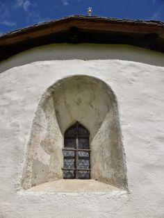 Die Betonung der Wand ist ein grosses Thema in der Romanik. Dementsprechend sind die Fenster klein ausgefallen. Das Fensterglas wurde erst in der Renaissance erfunden und die Fenster bei Bedarf mit Stroh ausgestopft.