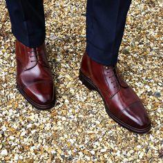 Un bel exemple de bottes derby bout droit qui passent sans soucis avec un…