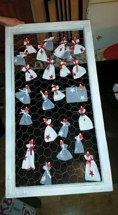 Vanhoista ikkunankarmeista, kanaverkosta ja pienistä kangaspussukoista tehty joulukalenteri!