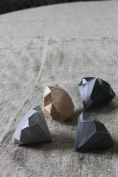 Om ønsket om ekte diamanter skulle bli for stort, så kan du lage deg en papirdiamant  istedenfor. Denne oppskriften fant jeg hos Mini-eco ....