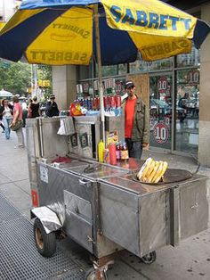 A typical New York City street vendor food cart that sells hot dogs, hot pretzels and soft drinks. Hot Dogs, Hot Dog Wagen, Bon Ap, Hot Dog Cart, Onion Sauce, Voyage New York, Hot Dog Stand, Street Vendor, Hot Dog Recipes