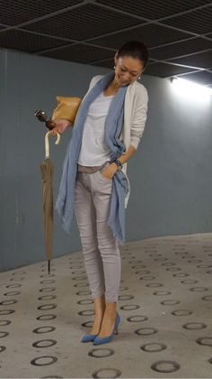 """Casual elegance - love the """"denim"""" pumps Japan Fashion, Work Fashion, Fashion Pants, Daily Fashion, Everyday Fashion, Fashion Outfits, Womens Fashion, Fashion Trends, Casual Chic"""