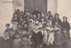 Grupo de xente co cura ó fondo na porta da igrexa. Cedida por Ezaro.com