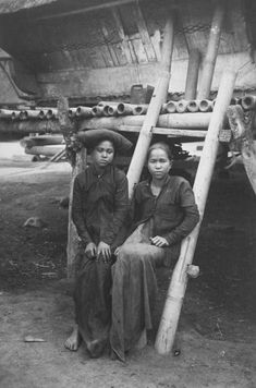 Indonesia, Sumatra ~ Portret van twee Karo Batak vrouwen op de trap van een huis Date 1910-1930 Source Tropenmuseum