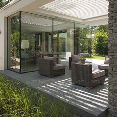 Nieuwbouw of verbouw? De architect kan de louvredaken integreren in het ontwerp van uw woning. Maar onderschat ook onze eigen designers niet. Zij kunnen ervoor zorgen dat het louvredak perfect integreert met de architectuur.