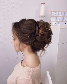 The average bundle of curls on the hair under the lapel You are in the right place about wedding hairstyles updo with crown Here we offer you the most beautiful pictures about the wedding hairstyles u Dress Hairstyles, Bride Hairstyles, Headband Hairstyles, Down Hairstyles, Prom Hair Updo, Hairdo Wedding, Bridal Hair Updo, Natural Hair Updo, Natural Hair Styles