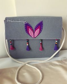 #keçe #çantamodelleri #keçeçanta #handmade #hobi #kendinyap Felt Diy, Felt Crafts, Crafts To Make, Felt Purse, Diy Purse, Work Purse, Felt Applique, Fabric Bags, Handmade Bags