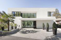 Moderna casa de dos pisos con piscina   Construye Hogar