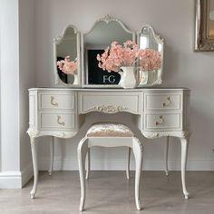 Painted Outdoor Furniture, Vintage Furniture, Vintage Walls, Room Ideas Bedroom, Bedroom Decor, Vintage Dressing Tables, Whitewash Wood, Vanity Decor, Mineral Paint