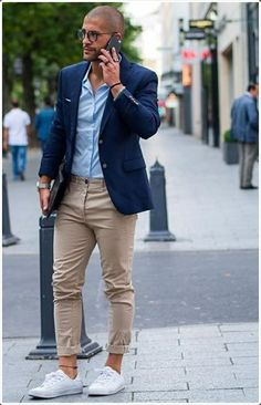 stile-casual-uomo-pantalone-color-sabbia-scarpe-da-ginnastica-bianche-giacca-blu-occhiali-da-sole