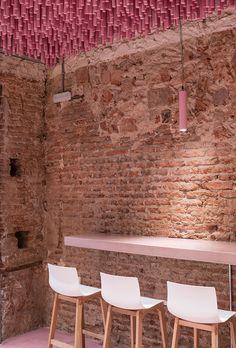 ideo-arquitectura-madrid-bakery-art-installation-strawberry-sticks-designboom-02