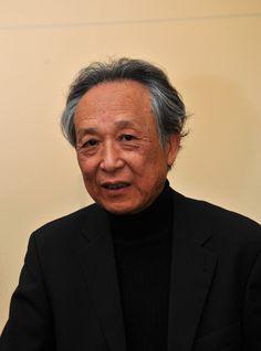 Gao Xingjian, primer Premio Nobel de Literatura a un autor chino. Gao era hasta el momento un escritor poco conocido. La concesión generó controversia en China, dada su condición de exiliado residente en Francia. Posteriormente, Mo Yan también fue guardonado con el Nobel de Literatura el 2012.