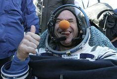 Em 2009 o famoso e conhecido jogador que fez fortuna no poker, fundador do famoso Cirque du Soleil, Guy Laliberté, pagou US$ 35 milhões para realizar turismo espacial na Estação Internacional Espacial, a bordo da nave Soyuz. O que você faria se tivesse essa bala na agulha pra gastar??