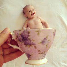 赤ちゃんとマグカップのコラボ写真が流行中!カンタン、かわいいw