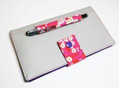 Porte-chéquier format portefeuille avec son emplacement crayon intégré simili et liberty
