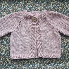 Dejlig Blød Sommercardigan I Merino Cott Cardigan - Diy Crafts - maallure Baby Cardigan Knitting Pattern Free, Crochet Baby Jacket, Baby Sweater Patterns, Knitted Baby Cardigan, Baby Knitting Patterns, Knitting Designs, Baby Patterns, Toddler Sweater, Baby Girl Sweaters