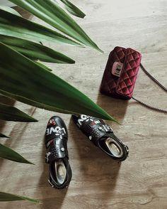 Angoli di casa. Quanto è bello lamore di casa quello che ti fa gustare i dettagli delle cose un po come quel paio di scarpe preferito o quella borsa che non ti stanca mai ti fa sentire importante. Amo prendermi cura dei dettagli perché danno quel profumo in più alle cose. Buongiorno mondo buongiorno casa! // #LOSHOME #chiaralosh #home #shoes #bag #fashion #style #look #love #details #ootd #design