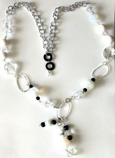 Collana lunga cm.50 chiusa. Elegante,  luminosa, nei toni del bianco, cristallo, argento