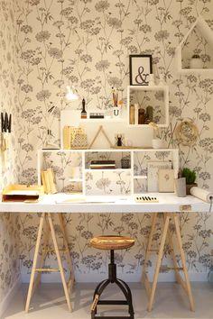 KARWEI   Lichte vloer, geprint behang en een pianokruk in de studeerkamer. #woonbeurs #karwei #inspiratie