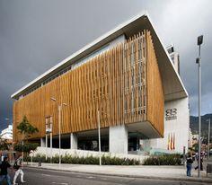 El proyecto se plantea bajo el cuestionamiento de como un edificio publico localizado en una esquina anónima de la ciudad puede aportar a la vida urbana.
