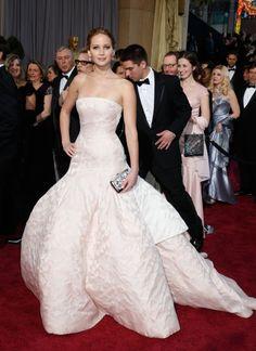Jennifer Lawrence, imagen de la línea de bolsos Miss Dior, fue fiel a la casa francesa. Este vestido, que evoca un traje de novia, fue uno de los encargados de cerrar el desfile de alta costura primavera/verano 2013 de Raf Simons para Dior.  TODD WILLIAMSON (TODD WILLIAMSON/INVISION/AP)