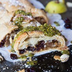 Stell diesen veganen Birnen-Cranberry-Strudel mit einem Pistazienpesto-Topping auf den Weihnachtstisch und begeistere alle!