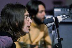 """Lennon e McCartney durante as gravações do álbum e do filme Let it Be, em janeiro de 1969: 59 versões de Get Back, uma delas """"xenófoba""""."""