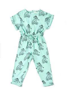 Οργανική Ολόσωμη φόρμα με τύπωμαXE DAPσε τυρκουάζ χρώμα.  Έχει άνετη φόρμα και επιπλέον ελαστικότητα στη μέση, καθώς επίσης και ένα κορδόνι για καλύτερη προσαρμογή.  Επίσης στο πίσω μέρος έχει μια σειρά από ξύλινα κουμπάκια για πιο εύκολο ντύσιμο.  nadadelazos