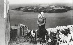 Σαντορίνη 1925. Nelly's. Αρχείο Μουσείου Μπενάκη Santorini Sunset, Santorini Island, Santorini Greece, Old Pictures, Old Photos, Greek Culture, Famous Photographers, Interesting Faces, Greek Islands