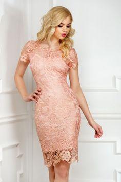 Lasa-te imbratisata de eleganta infinita a unei rochii din dantela in tonuri pastelate de somon. Perfecta pentru cele mai speciale ocazii din viata ta, rochia eleganta midi iti pune in valoare silueta, datorita croiului conic, si arunca asupra ta o alura rafinata datorita culorii romantice. Confectionata din dantela cusuta cu fir irizant auriu, rochia din dantela midi Amira trebuie sa se regaseasca in garderoba ta festiva, indiferent de sezon.     Lungime din umar: 106 cm