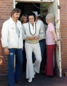 Elvis Presley Rare Images, photos, pictures never seen before 1970 elvis and his daughterGraceland Elvis Presley Las Vegas, Elvis Presley Family, Elvis Presley Photos, Young Priscilla Presley, Elvis And Priscilla, Rare Elvis Photos, Rare Photos, Images Photos, Pictures