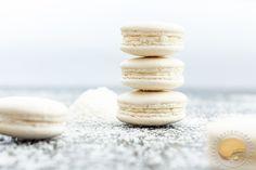 Macarons blancs garnis d'une ganache montée à la noix de coco.