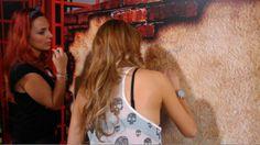 Mabel Cartagena firmando el muro del Cuaderno MX